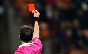 Un arbitre de football donne un carton rouge (illustration).