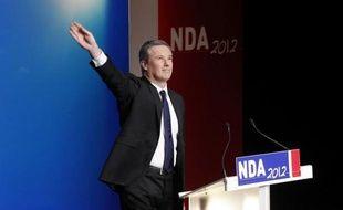 """Le candidat souverainiste à l'élection présidentielle, Nicolas Dupont-Aignan, a promis une """"France libre"""" pendant son son premier meeting de campagne dimanche à Paris, avec la sortie de l'euro et le protectionnisme national en tête de ses priorités."""