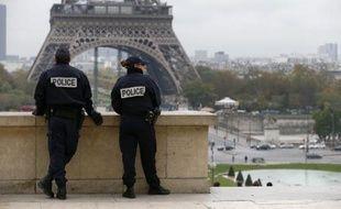 Des policiers patrouillent au Trocadéro le 18 novembre 2013