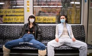 Elena Buscaino et Mina Bonakdar veulent lutter contre le manspreading dans le métro berlinois.