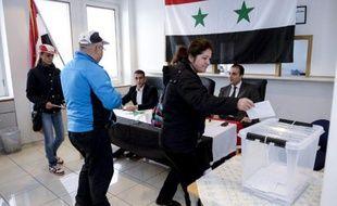 Des Syriens votent pour l'élection présidentielle syrienne, le 28 mai 2014 à Stockholm