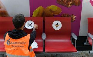 Préparatifs de distanciation sociale à la gare Saint-Lazare avant le déconfinement, le 9 mai 2020.