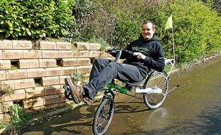 """Pour Philippe, le vélo couché est """"plus confortable et sûr"""" qu'un vélo classique."""