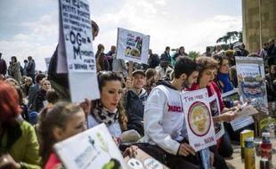 Des milliers de personnes ont manifesté samedi dans plusieurs villes européennes, notamment aux Pays-Bas, en France, en Autriche et en Allemagne, pour protester contre le géant américain de l'agrochimie Monsanto, et plus généralement contre les OGM, pesticides et autres produits chimiques.