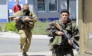 Des séparatistes pro-russes lors de l'assaut des forces loyalistes de Kiev, le 21 juillet 2014, à Donetsk, en Ukraine.