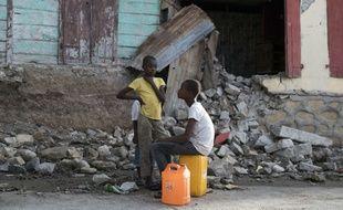 Des habitants d'Haïti à Gros-Morne, après le séisme de magnitude 5,9 qui a secoué l'île début octobre 2018.