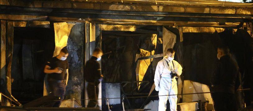 Des policiers et des pompiers inspectent les décombres d'un hôpital à Tetovo, en Macédoine du Nord, après un incendie le 8 septembre 2021.