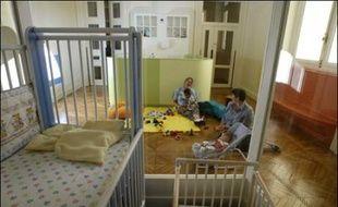 """Trois petites filles de deux ans et demi accueillies dans une crèche de Cap d'Ail (Alpes-Maritimes) sont parvenues de manière """"totalement inexplicable"""" à sortir seules de l'établissement, lundi, pour s'offrir une courte escapade en ville, a-t-on appris mercredi auprès de la mairie."""