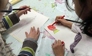 Dans le cadre des nouveaux rythmes scolaires, des enfants participent à  des ateliers dans une école maternelle à Lille, en septembre 2013.
