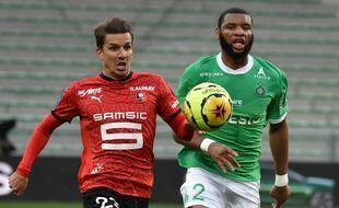 Ici à la poursuite d'Adrien Hunou, Harold Moukoudi a parfois été en danger contre le Stade Rennais samedi. JEAN-PHILIPPE KSIAZEK