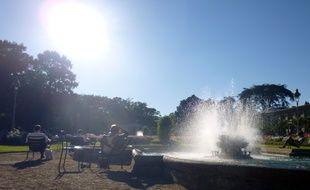 Illustration d'une journée de forte chaleur. Ici des habitants de Rennes cherchent la fraîcheur près d'une fontaine du parc du Thabor.