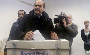 Le nouveau chef de file de la gauche italienne pour les législatives du printemps 2013, Pierluigi Bersani, lors de son vote pour le deuxième tour de la primaire du Parti démocrate, dimanche 2 décembre à Piacenza.
