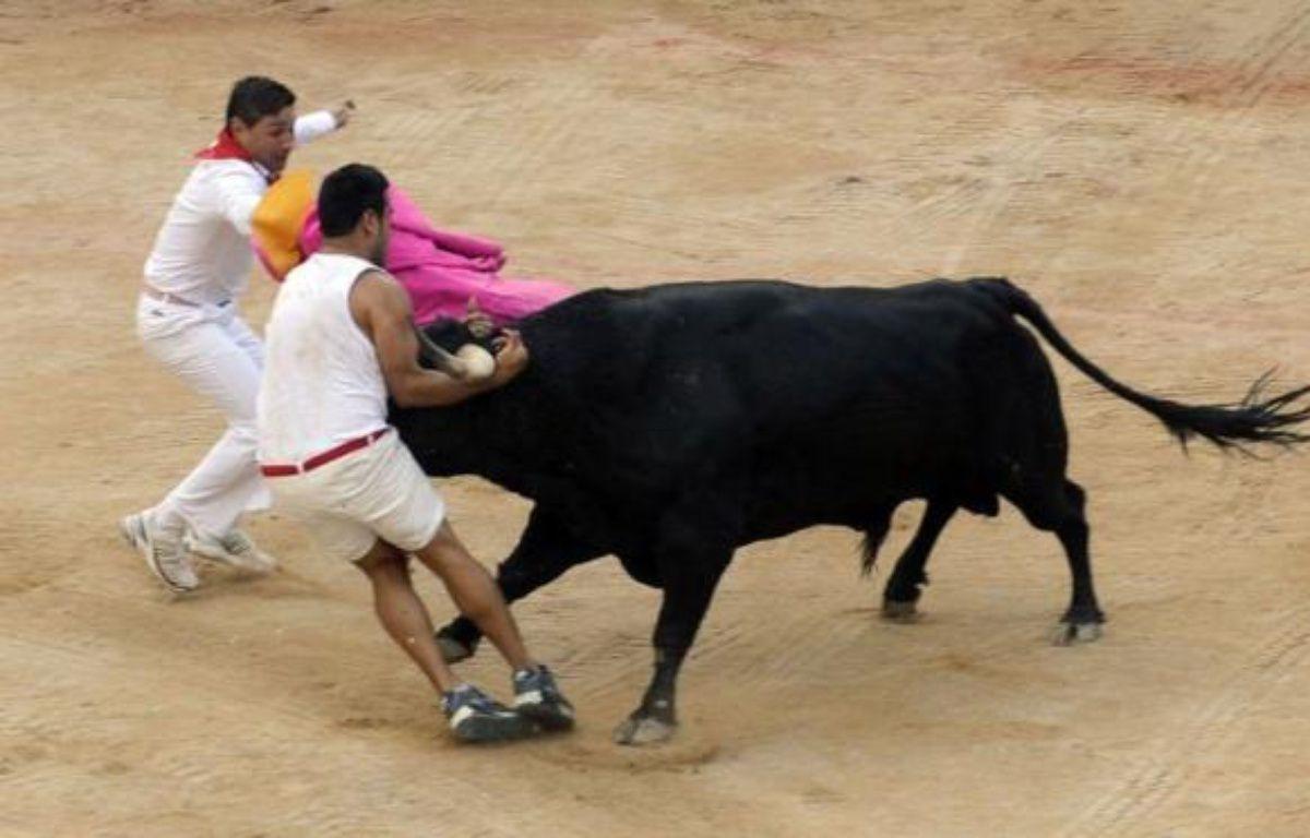 Trente huit personnes ont été blessées lors des fêtes traditionnelles de la San Fermin qui se sont achevées samedi, dont quatre lors du huitième et dernier lâcher de taureaux dans les ruelles de Pampelune accompagnés de milliers de passionnés du monde entier. – Rafa Rivas afp.com