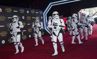 Storm Troopers lors de la première mondiale de Star Wars: Le réveil de la force. Hollywood, Californie le 14 décembre 2015.AFP PHOTO /VALERIE MACON