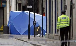 Scotland Yard a annoncé vendredi avoir découvert et neutralisé un engin explosif dans une voiture garée à Haymarket, près de Picadilly Circus, le quartier touristique de Londres, relançant les craintes terroristes à quelques jours du deuxième anniversaire des attentats du 7 juillet 2005.