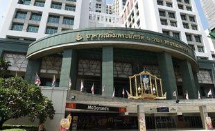 Une bombe de faible puissance a explosé lundi dans un hôpital militaire du centre de Bangkok, faisant plus de 20 blessés