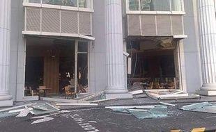 La façade du Ritz, à Jakarta en Indonésie, après une explosion le 17 juillet 2009