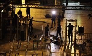 Les détecteurs de métaux sont retirés aux entrées de l'esplanade des Mosquées, le 25 juillet 2017.