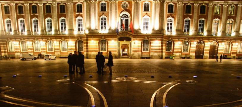 La place du Capitole la nuit, à Toulouse.