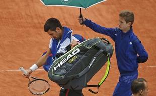 Novak Djokovic quitte le Central de Roland-Garros après l'interruption par la pluie le 31 mai 2016.