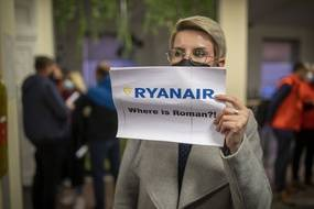 A l'aéroport de Vilnius, une femme tient un papier demandant « Où est Roman? » en référence à Roman Protassevitch l'opposant interpellé à Minsk après le détournement d'un avion de Ryanair le 23 mai 2021.