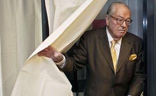 Jean-Marie Le Pen, tête de liste FN en Paca, s'est rendu à Saint-Cloud le 21 mars 2010 pour voter au second tour des régionales.