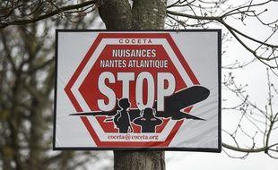 Un panneau du Coceta, collectif de riverains de l'aéroport de Nantes dénonçant les nuisances sonores aériennes.