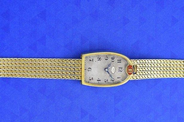 A la fin des années 1920, Ettore Bugatti a commandé quelques dizaine d ces montres, en forme de fer à cheval, à l'horloger suisse Mido.