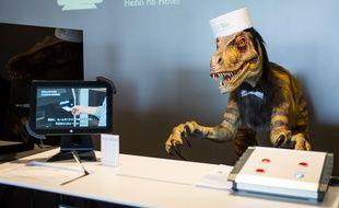 Un dinosaure robotique accueille les clients du Henn na hotel, au sud du Japon.