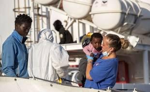 Des migrants viennent d'arriver aux portes de l'Europe à Palerme, en Italie (2017).