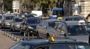 Une manifestation de taxis contre les propositions de la commission Attali de dérèglementation de leur profession, en 2008 (Archives)