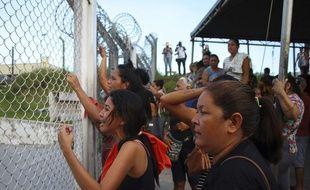 Des familles de détenus attendent des informations après la vague de violence dans des prisons brésiliennes, à Manaus, le 27 mai 2019.