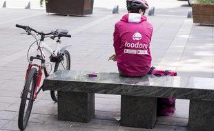 Un livreur de repas à vélo dans les rues de Nantes (image d'illustration).