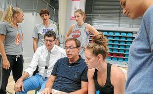 Nicolas Forel (à g.), le président du LBF, a fait le point avec ses joueuses.