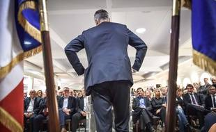 Laurent Wauquiez, candidat à la présidence du parti Les Républicains, de dos, lors d'une réunion publique à Arcachon le 23 novembre 2017