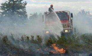 Des pompiers luttent contre le feu le 25 juillet 2015 à Saint-Jean-d'Illac près de Bordeaux