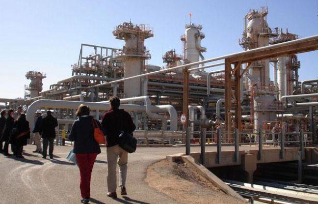 Une photo datant du 14 décembre 2008 montrant une délégation parcourant le site gazier deKrechba, dans le sud algérien.