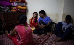 Un couple indien, Deepika (2e à g), 24 ans, et Vibhor (2e à d), du même âge, dans un refuge mis à leur disposition par l'association Love Commandos à New Delhi, le 19 octobre 2014