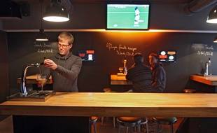 Au bar le Fut et à mesure, à Lille, les clients se servent seuls en bière.