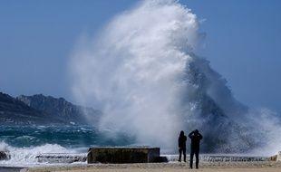 Le vent a soulevé les vagues à Marseille.