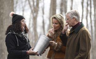 Le roi Philippe de Belgique et son épouse Mathilde goûtent la tire, du sirop d'érable chaud versé sur de la neige, à Ottawa le 12 mars 2018.