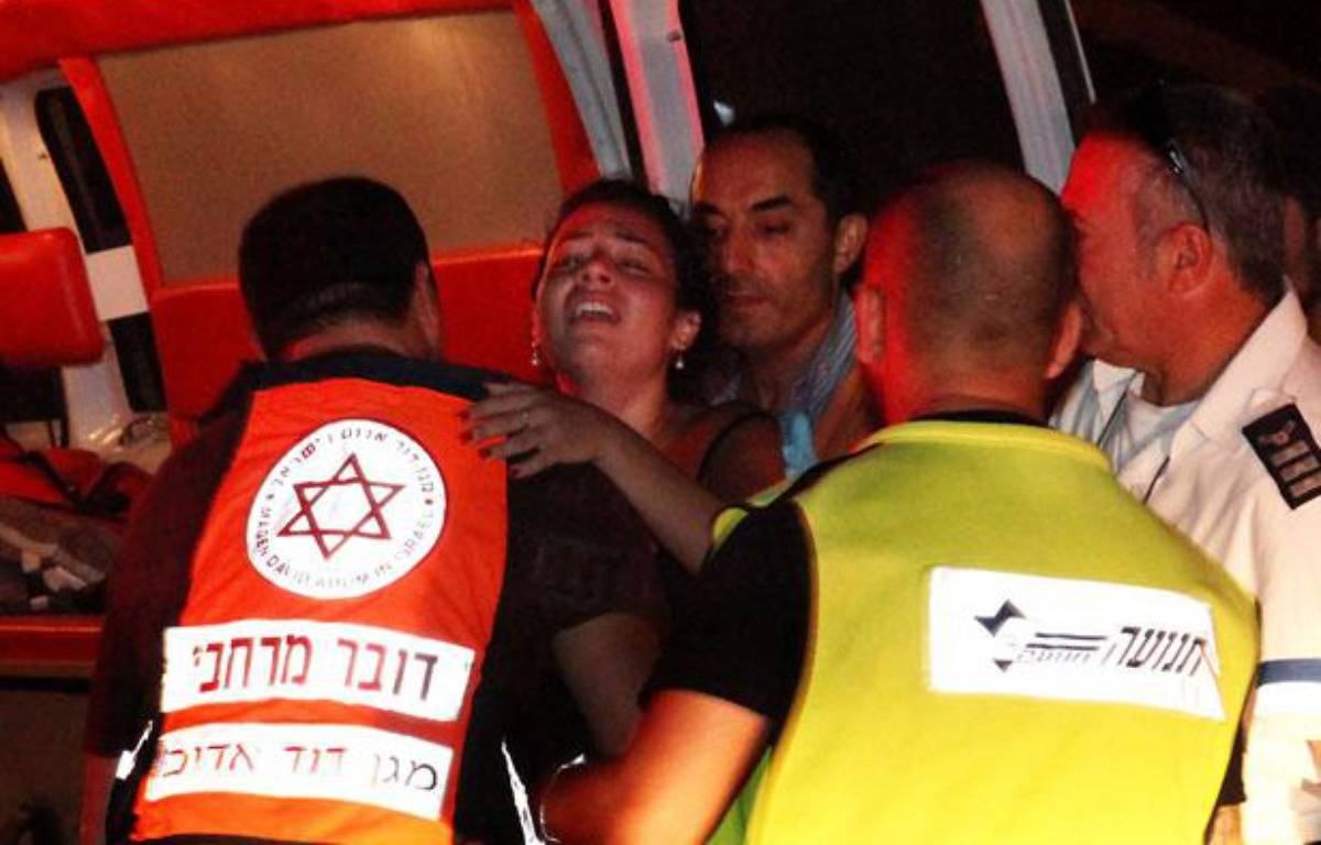 Une femme est évacuée par les secours à Beesheva, en Israël, après des tirs de roquettes en provenance de Gaza, le 20 août 2011. – Yehuda Lachiani / AFP