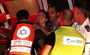 Une femme est évacuée par les secours à Beesheva, en Israël, après des tirs de roquettes en provenance de Gaza, le 20 août 2011.