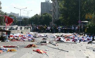 Des drapeaux recouvrent des corps de victimes du double attentat-suicide à Ankara qui a fait 95 morts, le 10 octobre 2015 en Turquie