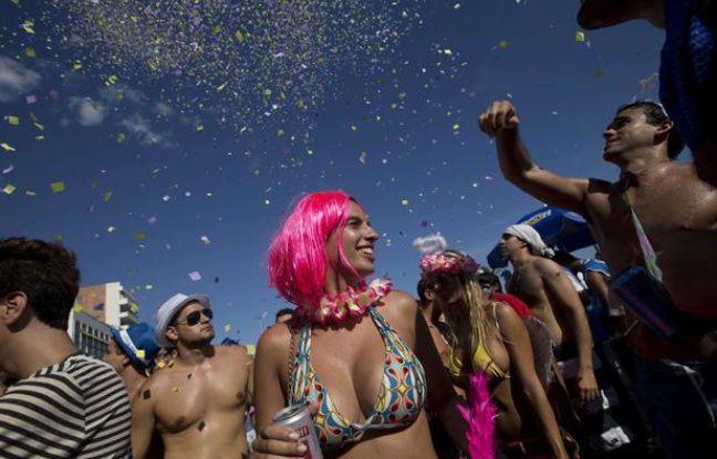Des partipants à une fête de pré-carnaval, le 2 février 2013, à Rio de Janeiro (Brésil).