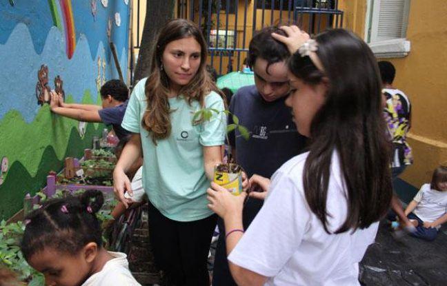 Carolina Allage, de l'association Sustentarte, forme les enfants à l'environnement dans une école de Rio de Janeiro, le 19 juin 2012.