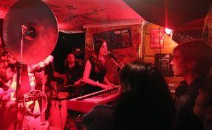 Un concert aux Bars en Trans en 2014 au Bar'Hic à Rennes.