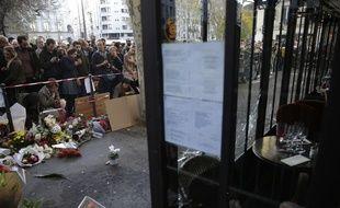 Devant le bar-restaurant La Belle Bière, à Paris, où des dizaines de personnes sont venues rendre hommage aux victimes de la fusillade, le 15 novembre 2015.