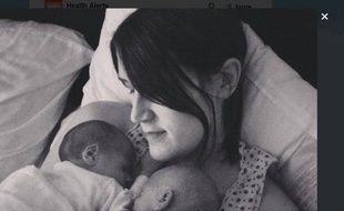 Hayley Haynes, née avec des chromosomes XY, et ses jumeaux.