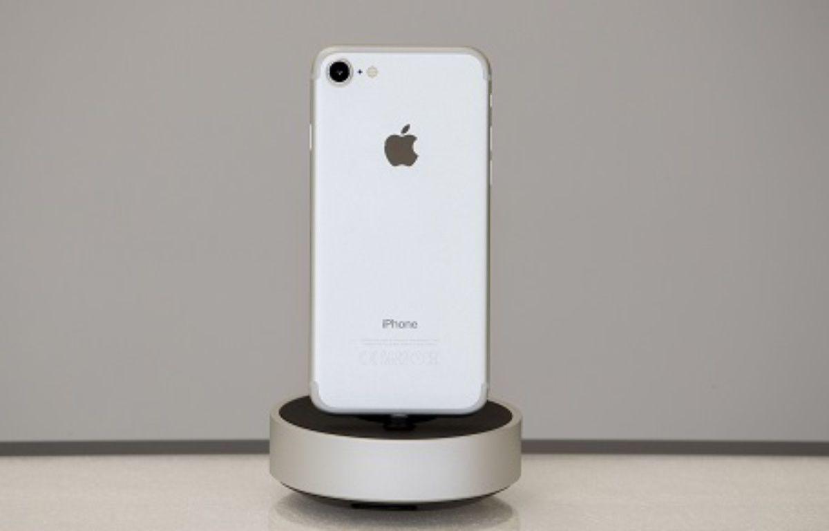 Vue de dos d'un iPhone 7 couleur argent – SYSPEO/SIPA